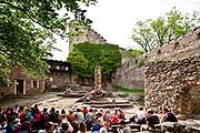 Wycieczka szkolna zwiedzająca ruiny zamku książęcego na górze Chojnik, Poland<br /> School tour visiting the ruins of the prince's castle on the Chojnik mount, Poland