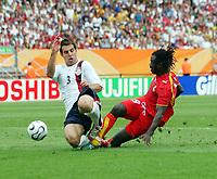 v.l. Carlos Bocanegra, Razak Pimpong Ghana<br /> Fussball WM 2006 Ghana - USA 2:1<br /> Norway only