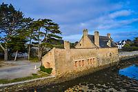 France, Morbihan (56), Golfe du Morbihan, Parc Naturel Régional du Golfe du Morbihan, Presqu'île de Rhuys, Arzon, moulin à marée de Pen Castel // France, Morbihan (56), Gulf of Morbihan, Regional Natural Park of the Gulf of Morbihan, peninsula Rhuys, Arzon, Pen Castel tidal mill