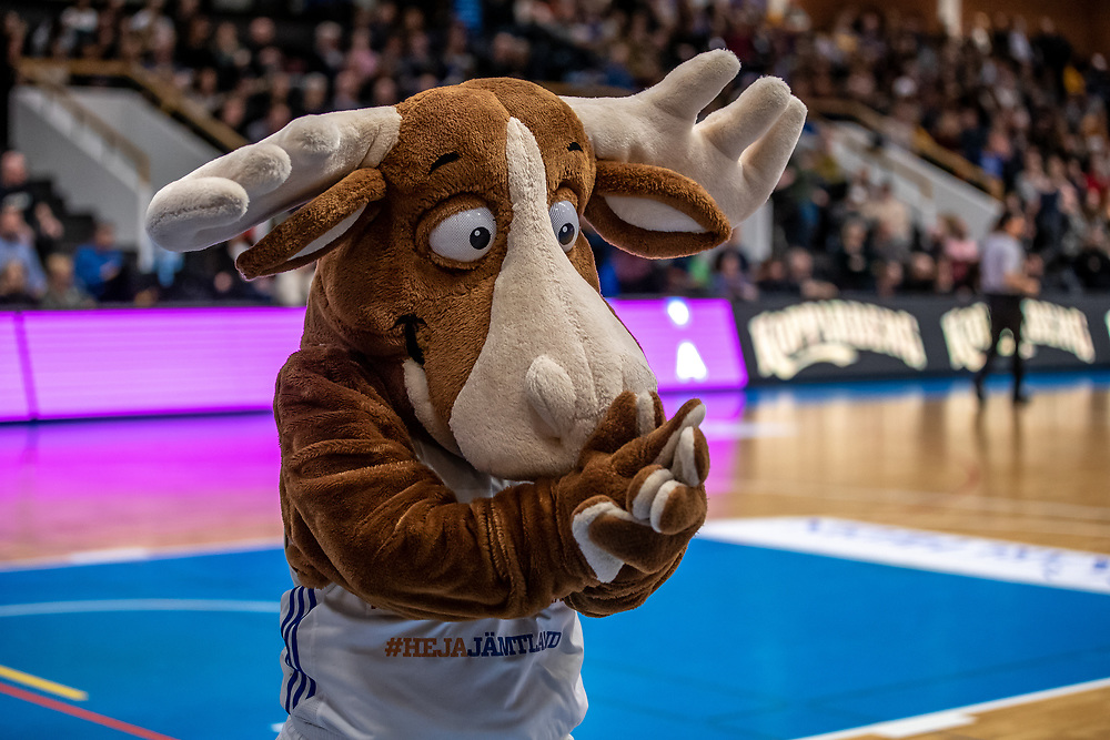 ÖSTERSUND 20200117<br /> Jämtlands maskot Bruce the Moose under fredagens match i basketligan mellan Jämtland Basket och Borås Basket i Östersunds Sporthall.<br /> <br /> Foto: Per Danielsson/Projekt.P