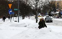 Bialystok, 09.02.2021. Nieskuteczna walka ze sniegiem w Bialymstoku. Firmy, ktore wygraly przetarg na odsniezanie miasta w tym roku, nie wywiazuja sie ze swoich obowiazkow. Glowne ulice stolicy Podlasia od kilku dni pokrywa gruba warstwa lodu i sniegu. Miasto juz po raz drugi nalozylo kary na nierzetelne firmy. N/z ulica Branickiego fot Michal Kosc / AGENCJA WSCHOD