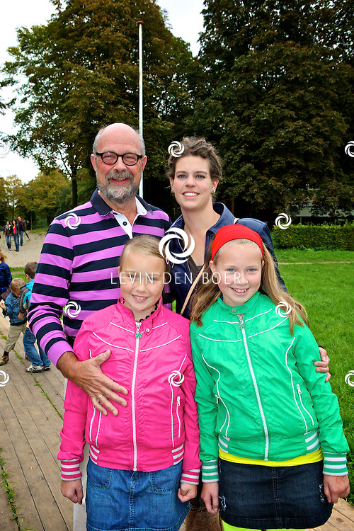 AMSTERDAM - In het Amsterdamse Bos is de musical Geronimo in premiere gegaan.  Met op de foto Bert Simhoffer en partner Yvette van Damme en kinderen Julia en Romy. FOTO LEVIN DEN BOER - PERSFOTO.NU