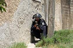 26.06.2015, Kfar Qaddum, PSE, Nahostkonflikt zwischen Israel und Palästina, im Bild ein Israelischer Soldat sucht Deckung // A member of Israeli security forces takes position during clashes with Palestinian protesters following a demonstration against the expropriation of Palestinian land by Israel in the West Bank village of Kfar Qaddum, Palestine on 2015/06/26. EXPA Pictures © 2015, PhotoCredit: EXPA/ APAimages/ Ahmad Talat<br /> <br /> *****ATTENTION - for AUT, GER, SUI, ITA, POL, CRO, SRB only*****