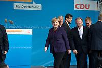 DEU, Deutschland, Germany, Magdeburg, 17.09.2013:<br />Bundeskanzlerin Dr. Angela Merkel (CDU) und Reiner Haseloff (CDU), Ministerpräsident von Sachsen-Anhalt, verlassen die Bühne nach einer Wahlkampfveranstaltung der CDU auf dem Alten Markt.