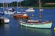 AT5CHB Sailing boats on the River Deben Woodbridge Suffolk England