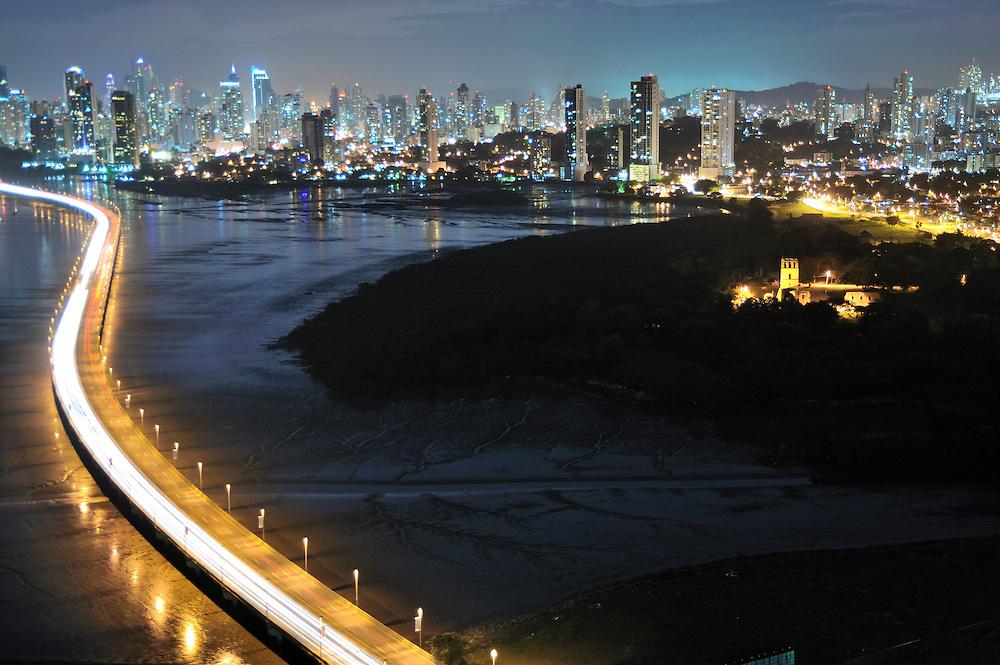 Panamá Viejo y Ciudad de Panamá / Panamá.<br /> <br /> Edición de 3 | Víctor Santamaría.
