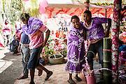 Vêtus de violet par les femmes de leur futur clan, les enfants quittent leur clan d'origine pour rejoindre celui du père.  - Mariage Kanak  - Tribu de Méhoué, Canala – Nouvelle Calédonie – Septembre 2013