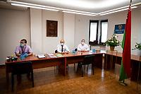 Bialystok, 04.08.2020. Poczatek przedterminowego glosowania w wyborach prezydenckich na Bialorusi w Konsulacie Generalnym Republiki Bialorus w Bialymstoku. Przedterminowe glosowanie w wyborach prezydenckich na Bialorusi rozpoczelo sie dzis (wtorek) i potrwa do soboty. Wlasciwym dniem wyborow prezydenckich jest niedziela 9 sierpnia. Opozycja apeluje do wyborcow, by nie glosowali przed tym dniem, poniewaz wczesniejsze glosowanie umozliwia falszerstwa. N/z lokal wyborczy, komisja wyborcza fot Michal Kosc / AGENCJA WSCHOD