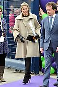 Koningin Maxima geeft startsein Week van het geld op de basisschool OBS West in Capelle aan de IJssel. <br /> <br /> Queen Maxima launches Money Week at the primary public school  in Capelle aan den IJssel.<br /> <br /> Op de foto / On the photo:  Aankomst Koningin Maxima / Arrival Queen Maxima
