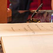 LUX/Luxemburg/20180523 - Staatsbezoek Luxemburg dag 1, Gastenboek getekend door Koning Willem Alexander en Koningin Maxima