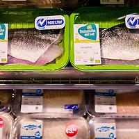 Nederland, Amsterdam ,4 juli 2016.<br /> Nieuwe visinnovaties bij Albert Heijn.<br /> Vanaf vandaag vinden klanten nog meer verschillende vissoorten bij Albert Heijn. Maar liefst 21 nieuwe visproducten zijn toegevoegd: van vis op de huid voor echte visliefhebbers tot een makkelijk te bereiden gebakken scholfilet voor klanten die wat vaker vis willen eten maar niet goed weten hoe zij vis moeten bereiden. Ook het garnalenassortiment is uitgebreid en verbeterd waardoor de natuurlijke zachte en ziltige smaak garnalen beter tot zijn recht komt.<br /> <br /> Netherlands, Amsterdam, July 4, 2016.<br /> New fish innovations at Albert Heijn. Starting today, customers find even more different types of fish at the supermarket. No less than 21 new products have been added: fish on the skin for a keen fish lover and easy to prepare fried plaice fillet for customers who wish to eat fish more often but do not know how to prepare fish. The shrimp range has been extended and improved to give the natural soft and salty taste of shrimp more justice.<br /> <br /> Foto: Jean-Pierre Jans