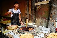 Chine, province du Shaanxi, ville de Xi'an, quartier Musulman Hui, le marché, vendeur de rue de plats cuisinés, boulanger // China, Shaanxi province, Xian, Hui neighborhood, food market, baker