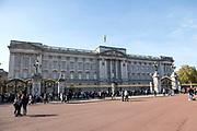 Staatsbezoek van Koning Willem Alexander en Koningin Máxima aan het Verenigd Koninkrijk<br /> <br /> Statevisit of King Willem Alexander and Queen Maxima to the United Kingdom<br /> <br /> Op de foto / On the photo:  Buckingham Palace <br /> <br /> Farewell at Buckingham Palace with