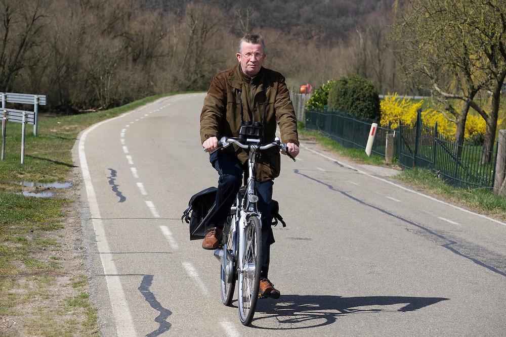 In Rhenen rijdt een man op de fiets over de dijk.<br /> <br /> In Rhenen a man cycles on the dike.