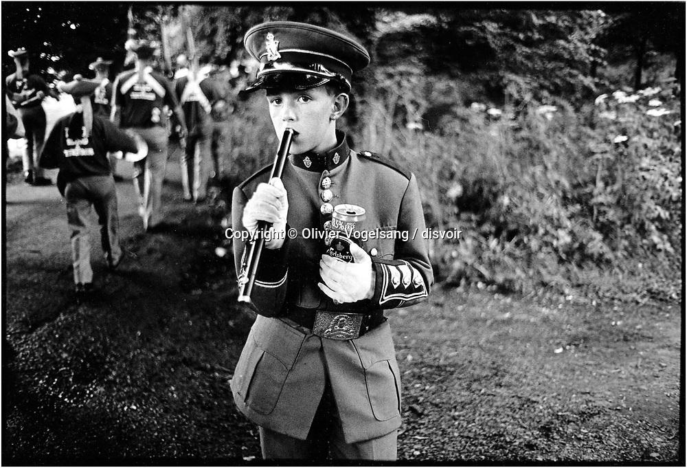 Irlande du Nord. Belfast. Enfant à la pause lors d'une parade des Orangistes à Belfast.<br /> Northern Ireland. Belfast. Orange parade.