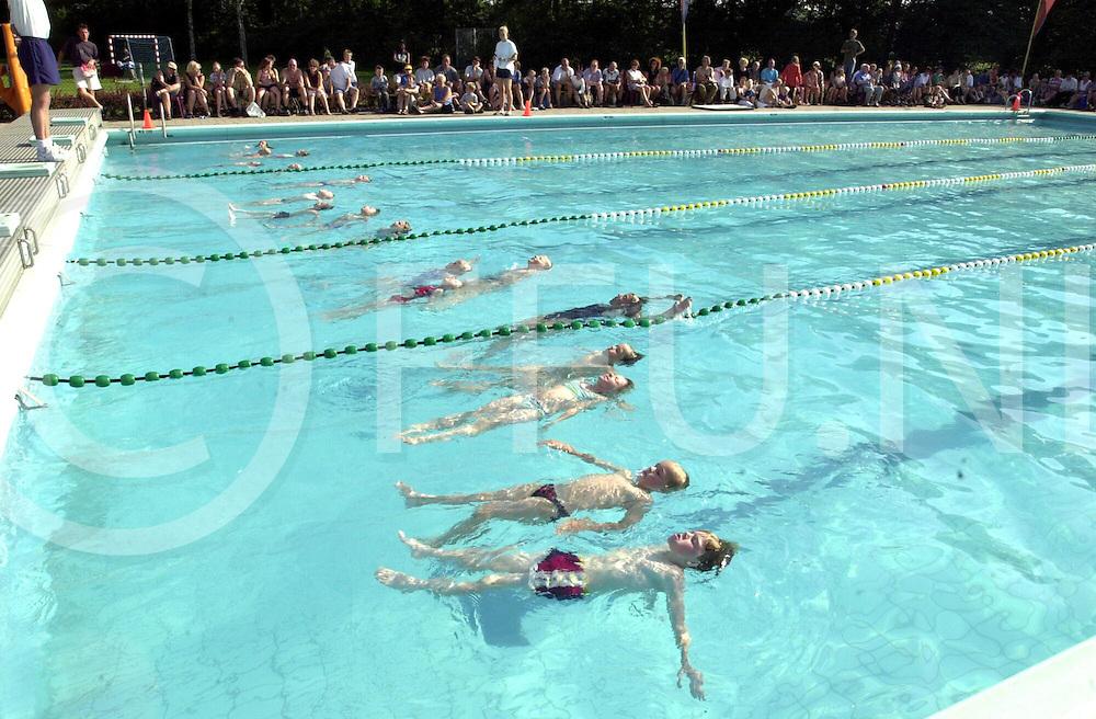 fotografie frank uijlenbroek©2001 frank brinkman.010704 heino ned.afzwemmen voor de kinderen in zwembad de tippe.hier moeten ze tien seconden drijven.sa1