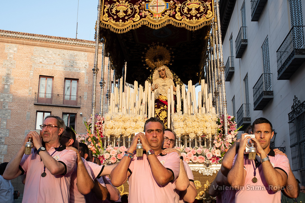 Madrid, Spain. 23rd June, 2018. Members of the brotherhood carrying the 'paso' of the Virgin 'Maria Santisima del Dulce Nombre en su Soledad' during sunset. © Valentin Sama-Rojo