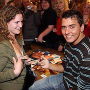 NLD/Volendam/20080301 - Signeersessie Jan Smit, Jan zet handtekening op de borst van een meisje