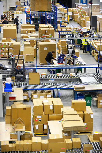 Nederland, Roermond, 17-9-2018  In een gigantisch magazijn beheert , distribueert, verzorgt UPS de distributie van medicijnen, geneesmiddelen en medische hulpmiddelen voor de fabrikanten. Van hieruit gaan ze naar de groothandel en de verschillende ketens van apothekers in Nederland en een deel van de wereld . aanpak, american, Amerikaans, Amerikaanse, Arbeid, bedrijf, Bedrijfsvoering, bevoorrading, bezorgdienst, bezorgservice, company, courier, courierservice, DIENSTVERLENING, distributie, DISTRIBUTIECENTRUM, distribution, Euregio, Europa, europe, expresdienst, expresgoederen, farma, farmaceutica, farmaceutisch, farmaceutische, GENEESMIDDELEN, gezondheidsproducten, Gezondheidszorg, Groot, healthcare, healthproducts, koerier, koeriersbedrijf, koeriersdienst, koerierservice, kosten, LIMBURG, Logistics, Logistiek, magazijn, medewerkers, medicijnen, medicijnenvoorraad, medicin, medisch, Medische, Nederland, Netherlands, Opslag, pakje, pakjes, pakjesbezorger, pakketbezorger, pakketdienst, pakketjes, pakketvervoer, pharmaceutica, pharmaceutical, Pharmaceutisch, pharmaceutische, Pharmacy, ploegendienst, post, postbedrijf, product, producten, relaxed, sneldienst, snelservice, spoed, spoeddienst, spoedpakket, stellingen, supplychain, the, Ups, van, verdelen, versturen, Vervoer, vervoeren, verzenden, voorraad, werk, Werken, west, western, zorg, industrie, brexit; ema; geneesmiddelenbeoordeling; europees; bureau; europese; regels; regelgeving; patent; octrooi; grondstoffen; merknaam; monopolie, sector . Foto: Flip Franssen