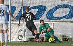 Kevin Stuhr Ellegaard (FC Helsingør) redder foran Oliver Drost (Kolding IF) under kampen i 1. Division mellem FC Helsingør og Kolding IF den 24. oktober 2020 på Helsingør Stadion (Foto: Claus Birch).