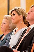 Koningin Máxima heeft in paleis Noordeinde de drie jaarlijkse Appeltjes van Oranje uitgereikt. Thema was dit jaar 'Samen zelf doen', als beloning voor gemeenschappelijke voorzieningen die geheel worden gerund door vrijwilligers. <br /> <br /> <br /> Queen Máxima at Noordeinde Palace awarded the Orange triennial Apples. Theme this year was' doing Together self, as a reward for communal facilities which are entirely run by volunteers.<br /> <br /> Op de foto / On the photo:  Koning Willem Alexander , koningin Maxima en Prinses Beatrix