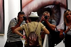 """Oggi 18 Settembre 2010 alla Fiera del Levante.Performance fotografica di ProPugliaPhoto.com al Cineporto di Bari .Apulia Film Commission & Expression Volto Nostro Reloaded..Apulia Film Commission e Pro Puglia Photo organizzano l'evento fotografico pugliese interattivo in occasione della conclusione di Expression Volto Nostro, la mostra fotografica in evoluzione, di Kash Gabriele Torsello, esposta al Cineporto di Bari fino al 22settembre. ..Sabato 18 settembre dalle ore 16 alle 20 nelle sala multimediale del Cineporto di Bari sarà proiettata, per la prima volta, l'intera sequenza fotografica delle espressioni e dei volti dei cittadini del mondo che hanno visitato la Puglia durante la mostra """"Darwin 1809-2009"""", allestita all'interno del Castello Svevo di Bari da novembre 2009 a febbraio 2010. In quell'occasione Kash Torsello, prendendo spunto dagli affascinanti viaggi di Darwin, ha documentato l'espressione naturale di chi visitava e osservava la mostra. La proiezione sarà integrata da reportage fotografici inediti su Cultura, Territorio, Ambiente e Sviluppo in Puglia, realizzati da Nuovi Talenti, in occasione del progetto fotografico pugliese (in evoluzione) ProPugliaPhoto.com...Contemporaneamente, nel foyer, dove sono allestite venti gigantografie della mostra Expression Volto Nostro, un team di fotografi di ProPugliaPhoto continuerà insieme a Kash Torsello a cogliere gli attimi e le espressioni della gente. Le migliori, saranno pubblicate in diretta sui portali web e social network di Apulia Film Commission. ..ProPugliaPhoto è il progetto fotografico pugliese che ha l'obiettivo di raccontare, documentare e divulgare fotograficamente la Puglia in Italia e all'estero attraverso la fotografia professionale di nuovi talenti pugliesi. ProPugliaPhoto.com è un progetto in formazione di Kash Gabriele Torsello e, al momento, con la collaborazione diretta di 40 Talenti della Provincia di Lecce, Brindisi, Taranto e Bari."""