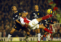 Fotball<br /> England 2004/2005<br /> Foto: SBI/Digitalsport<br /> NORWAY ONLY<br /> <br /> Arsenal v Manchester United<br /> Barclays Premiership. 01/02/2005<br /> Thierry Henry trys an overhead kick in vain as Rio Ferdinand closes in.