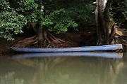Cayuco azul / comunidad indígena emberá, Panamá.<br /> <br /> Edición de 5 | Víctor Santamaría.