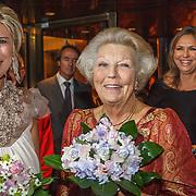NLD/Amsterdam/20150914 -Jubileumvoorstelling Paul van Vliet 80 Jaar, Prinses Laurentien en Prinses Beatrix