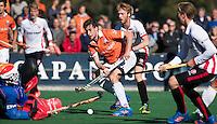 BLOEMENDAAL - HOCKEY - Florian Fuchs (m) van Bl'daal, stuit op keeper Pirmin Blaak  (Oranje-Rood) tijdens de competitie hoofdklasse hockeywedstrijd Bloemendaal -ORANJE-ROOD (4-1) . achter Fuchs, Mark Rijkers (Oranje-Rood) .  COPYRIGHT KOEN SUYK