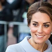 NLD/Rotterdam/20161011 - Catherine, hertogin van Cambridge, Kate Middleton, bezoekt de Bouwkeet Work Space in Rotterdam,