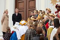 06 JAN 2012, BERLIN/GERMANY:<br /> Christian Wulff (2.v.L), Bundespraesident, und Bettina Wulff (L), Gattin des Bundespraesidenten, vor der Tuere des Schlosses, waehrend dem Sternsingerempfang der 54. Aktion Dreikoenigssingen 2012, Schloss Bellevue<br /> IMAGE: 20120106-01-005<br /> KEYWORDS: Sternsinger, Heilige drei Könige, Heilige drei Koenige, Dreikönigssingen, Ehefrau, Politikerfrau,