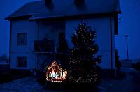 01.01.2012 Pogorzalki woj podlaskie n/z szopka bozonarodzeniowa przed domem fot Michal Kosc / AGENCJA WSCHOD