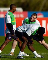 Fotball<br /> Foto: SBI/Digitalsport<br /> NORWAY ONLY<br /> <br /> England trener foran helgas landskamp<br /> 06.10.2004<br /> <br /> England's potential strike partnership of Jermain Defoe (L) and Wayne Rooney seem to discuss tactics at training.