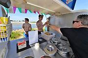 Nederland, Nijmegen, 1-8-2018Marco Contino verkoopt ijs aan de nevengeulFoto: Flip Franssen