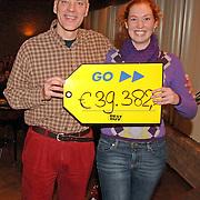NLD/Huizen/20051202 - Cheque overhandiging door Ds. Rob Doesburg aan ? welke hij bijeen gelopen heeft tijdens de New York Marathon 2005