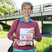 """NLD/Brielle/20190614 - Bekend Nederland golft voor Afrika, Olga Commandeur met haar boek """"wat Beweegt jou"""""""