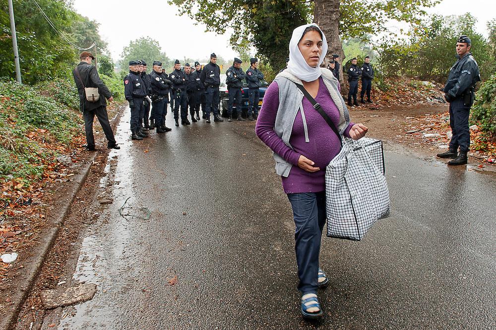 archief/illustatie<br /> 8 maand zwangere vrouw loopt in de regen na uitzetting van de 40 mensen een Roma-kamp in Villeneuve-le-Roi (Val-de-Marne). <br /> 11/09/2012<br /> <br /> Femme enceinte de 8 mois parte sous la pluie pendant l'expulsion de 40 personnes d'un camp Rom à Villeneuve-le-Roi (Val-de-Marne).