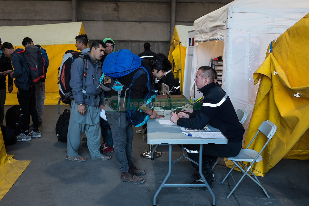 October 25, 2016 - Calais, France - Migrants speak registration center to the Calais Jungle with employees  in Calais, France, on 25 October 2016. Up to the evening, about 4,000 migrants from the Refugee camp on the coast at the English Channel were distributed to several regions in France. The police have begun to tear down the huts and tents in the camp. (Credit Image: © Markus Heine/NurPhoto via ZUMA Press)