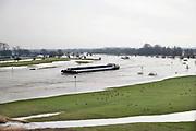 Nederland, Zutphen, 28-2-2020Een binnenvaartschip vaart over de ijssel . Door het hoge water zijn de uiterwaarden ondergelopen.Foto: Flip Franssen