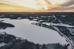 THEMENBILD - Blick über die finnische Winterlandschaft mit der E 63 Strasse und einem zugefrorenen See, aufgenommen am 03. Dezember 2019 in Nissinvaara, Finnland // View over the Finnish winter landscape with the E 63 road and a frozen lake, Nissinvaara, Finland on 2020/12/03. EXPA Pictures © 2020, PhotoCredit: EXPA/ JFK