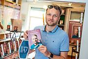 AMSTERDAM, 20-08-2020 <br /> <br /> Arjen Lubach signeert zijn boek Stoorzender in een speciale pop-up boekenwinkel. In de tijdelijke winkel is uitsluitend de nieuwe roman van Lubach te koop.