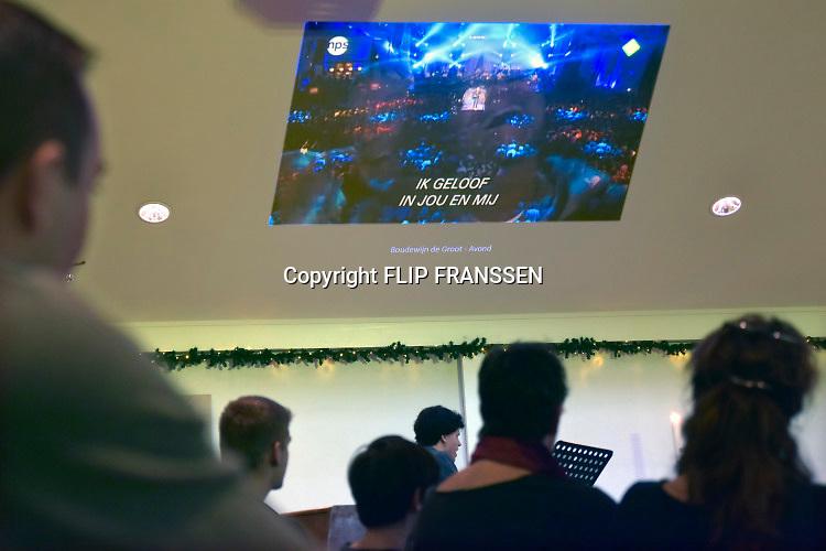 Nederland, Wijchen, 30-12-2018Top 2000 kerkdienst in de Schakel. Protestants christelijke viering waarbij liedjes uit de Top 2000 worden gezongen en kerkgangers kaarsjes aansteken.Foto: Flip Franssen