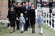 De koninklijke familie en tal van vrienden, bekenden en collega's van prins Friso zijn samengekomen in de Oude Kerk in Delft om de op 12 augustus overleden prins Friso te herdenken. <br /> <br /> The royal family and many friends, acquaintances and colleagues of Prince Friso are in the Old Church in Delft to commemorate the Prince who past away on August 12 2013.<br /> <br /> Op de foto / On the photo:  Prinses Beatrix en Prinses Mabel en Zaria en Luana<br /> Koningin Maxima en koning Willem-Alexander<br /> Prins Constantijn, Prinses Laurentien // Princess Beatrix and Princess Mabel and Zaria and Luana<br /> Queen Maxima and King Willem-Alexander<br /> Prince Constantijn, Princess Laurentien
