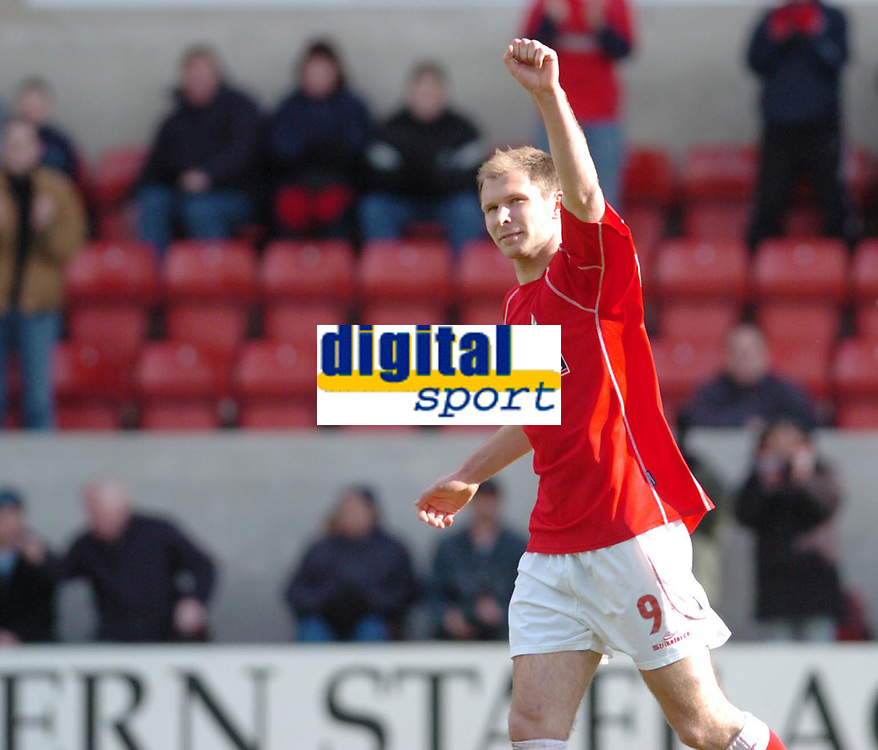 Photo. Leigh Quinnell.  Swindon Town v Walsall Coca Cola league one. 09/04/2005. Swindons Sam Parkin salutes the crowd after his penalty.