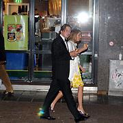 NLD/Amsterdam/20070522 - Premiere Pirates Of The Caribbean 3, Lodewijk Hoekstra en partner Kristel Reijnhout eten een hamburger na de film