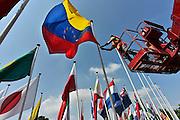 Nederland, Nijmegen, 10-7-2014Nijmegen bereidt zich voor op de 4daagse en de bijhorende zomerfeesten. Op het Trajanusplein worden de vlaggen van aale landen waar deelnemers vandaan komen opgehangen. Deze is van Venezuela. Vanaf zondag kan men zich inschrijven. Dinsdag vertrekken de eerste lopers over de Waalbrug naar de Betuwe, dag van Elst.FOTO: FLIP FRANSSEN/ HOLLANDSE HOOGTE