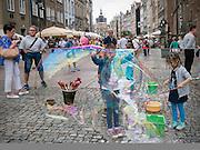 Gdańsk, (woj. pomorskie) 18.07.2016. Atrakcyjna zabawa dla dzieci - puszczanie baniek mydlanych