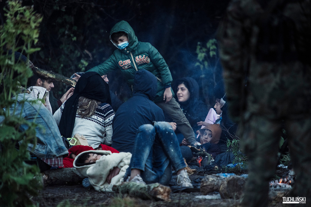 Usnarz Górny, Granica polsko-białoruska. 18.08.2021r.<br /> Grupa ok. 50 uchodźców w tym kobiety i dzieci prawdopodobnie z Iraku i Afganistanu, od kilku dni jest przetrzymywana na pasie granicznym<br /> Fot. Adam Tuchlinski dla Polityka