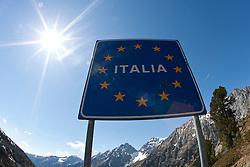 """08.05.2011, Staller Sattel, AUT, THEMENBILD, EU Grenzübergang - Das Schild """"ITALIA"""" mit den Sternen der EU steht am Sonntag (08.05.2011) am österreich-italienischen Grenzübergang am Stallersattel. Der Staller Sattel (ital. Passo Stalle) ist ein Gebirgspass in den Ostalpen. Er verbindet das Defereggental (Osttirol), mit dem Antholzertal (Südtirol) und scheidet die Rieserfernergruppe von den Villgratner Bergen. Die Passhöhe liegt auf 2052 m ü.M. an der Grenze zwischen Österreich und Italien. EXPA Pictures © 2011, PhotoCredit: EXPA/ J. Groder"""